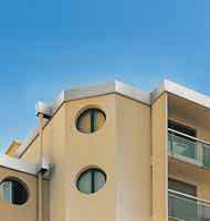 Système de rehausse d'acrotère et de bandeau de façade